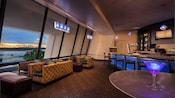 Um bar com lounge com um coquetel sobre uma mesa