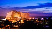 Destello dorado de las luces de Disney's Contemporary Resort por la noche