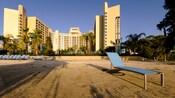 Uma praia de areia com espreguiçadeiras no Disney's Contemporary Resort