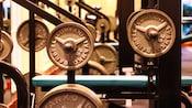 Primer plano de pesas de una máquina de Hammer Strength