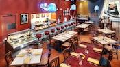 Una cena clásica con un área de bar, mesas, sillas y un cartel en la pared que dice 'The Fountain'