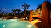 Une piscine après la tombée de la nuit au Disney's Animal Kingdom Villas – Kidani Village