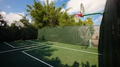 Vista desde la parte trasera de un aro de baloncesto y la cancha