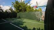 Vista da parte de trás do aro de basquete e da quadra