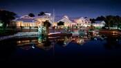 Vista do Disney's Old Key West Resort à noite do outro lado do lago