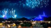 Fuegos artificiales estallan en el cielo sobre Cinderella Castle y Space Mountain