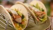 2tacos de peixe com alface, pimentão, cenoura e molho tártaro