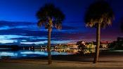 Vista noturna do Disney's Polynesian Resort a partir de uma praia próxima