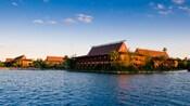 Vista desde el lago de Disney's Polynesian Resort bajo un claro cielo azul
