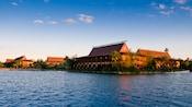 Vista do lago no Disney's Polynesian Resort sob o céu azul