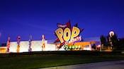 Logo gigante e hall clássico no Disney's Pop Century Resort