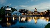 Vista desde el río Sassagoula de Disney's Port Orleans Resort – Riverside por la noche