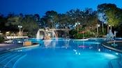 La piscine Ol'Man Island au Disney's Port Orleans Resort– Riverside, éclairée la nuit