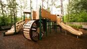 Un patio de juegos con tobogán y rueda gigante en Disney's Port Orleans – Riverside