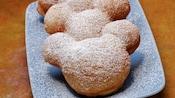 Beignets en forme de Mickey Mouse garnis de sucre en poudre