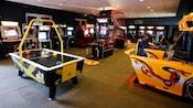 Jogos de hóquei de mesa, basquete e corrida de carros em um fliperama no Disney's Saratoga Springs Resort & Spa