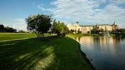 La ribera y los terrenos cubiertos de hierba en los alrededores de Disney's Saratoga Springs Resort & Spa
