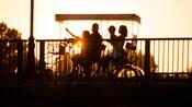 Una familia disfrutando de un paseo al atardecer en una bicicleta para varias personas