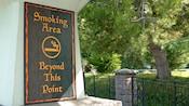 """Um letreiro externo em que se lê """"Smoking Area Beyond This Point"""""""