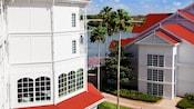 Um caminho serpenteia entre os prédios e próximo à Seven Seas Lagoon no Disney's Grand Floridian Resort