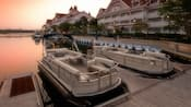 Barcos Two Sun Tracker® ancorados ao longo do Disney's Grand Floridian Resort & Spa