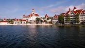 Uma vista do Disney's Grand Floridian Resort & Spa da Seven Seas Lagoon ao meio-dia