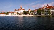 Vista de Disney's Grand Floridian Resort & Spa desde Seven Seas Lagoon al mediodía