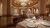 La somptueuse salle à manger du restaurant Victoriaand Albert's avec des tables dressées avec des services en porcelaine raffinés.