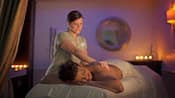 Masajista en Senses, un Disney Spa, masajea la espalda de una mujer