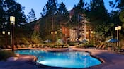La Hidden Springs Pool en Disney's Wilderness Lodge, iluminada por la noche