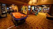 Grande sala com hóquei de mesa, basquete, corrida e muitos outros jogos de fliperama