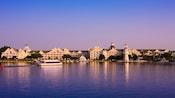 Vista desde el lago de Disney's Yacht Club Resort bajo el cielo azul