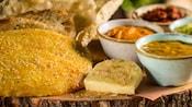 Variedad de panes servidos con un trío de salsas para untar