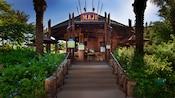 Entrada a Maji Pool Bar de temática africana en Disney's Animal Kingdom Villas – Kidani Village
