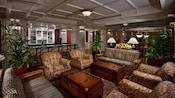 "4 poltronas estofadas, 2 ""mesas de centro"" em formato de baú e 2 sofás no Belle Vue Lounge"