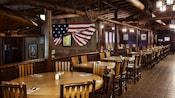 Área de comidas con temática del viejo oeste y una bandera de Estados Unidos en la pared