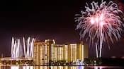 Uma apresentação de fogos de artifício perto do Disney's Contemporary Resort