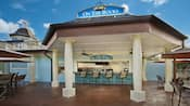 Colunas na entrada do bar de piscina On the Rocks no Disney's Saratoga Springs Resort & Spa