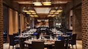 Vue en longueur sur la salle à manger d'IlMulinoNewYorkTrattoria à l'hôtel Swan de WaltDisneyWorld