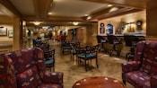 Sala de estar con butacas orejeras junto al vestíbulo de Disney's Yacht Club Resort