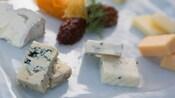 Uma travessa com uma variedade de queijos gourmet e purê de tomate seco