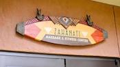 En un letrero sobre una serie de puertas se puede leer: Zahanati Massage & Fitness Center