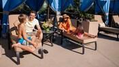 Familia de 4 que disfruta de una cabaña junto a la piscina