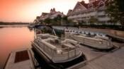 2 barcos ancorados na doca ao lado de um Hotel Resort Disney