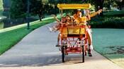 Família passeando em uma bicicleta de quatro rodas
