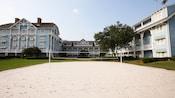 Le sable blanc d'un terrain de volleyball à l'extérieur du Disney's Beach Club Resort