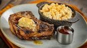 Chuletas de cerdo servidas con mantequilla de mostaza y un acompañante