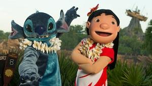 Lilo y Stitch con una guirnalda hawaiana, y a la distancia se ve un bote que se balancea sobre una piedra