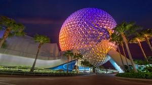 Spaceship Earth, la atracción principal de Epcot, iluminada por la noche