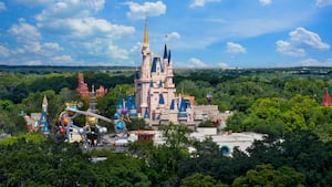 Cinderella Castle et les attractions environnantes au parc Magic Kingdom